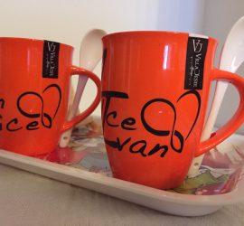 Coppia di tazze decorate in vinile